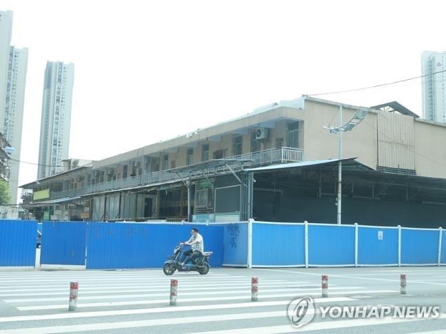 파란 벽으로 가려진 우한 화난 수산물도매시장  코로나19 확산 초기 환자가 집중적으로 나왔던 중국 우한 화난(華南)수산물도매시장이 폐쇄된 채 파란색 가벽으로 가려져 있다. 2020.9.2 [촬영 차대운]