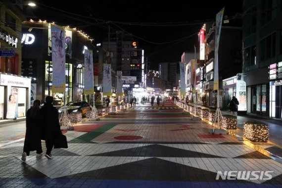 2021학년도 대학수학능력시험이 끝난 3일 오후 서울 마포구 홍대거리가 한산한 모습이다.