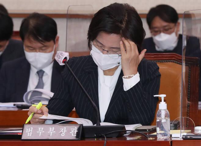 추미애 법무부 장관이 8일 서울 여의도 국회에서 열린 법제사법위원회 전체회의에 출석, 자료를 확인하고 있다. 뉴시스