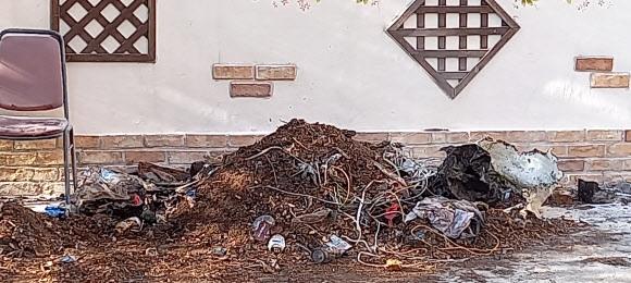 8일 오전 3시쯤 경남 양산시 북부동에 있는 한 재개발구역 교회 담벼락 쓰레기더미에서 훼손된 시신이 발견됐다. 사진은 훼손 시신이 발견된 쓰레기더미. 연합뉴스