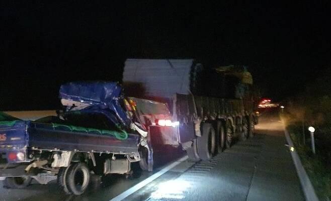 25t 화물트럭 들이받은 1t 트럭 (대구=연합뉴스) 9일 오전 5시 40분께 경북 상주시 화서면 당진영덕고속도로 상주 방향 화서휴게소 인근에서 1t 트럭이 25t 화물트럭 뒤를 들이받아 1명이 숨지는 사고가 났다. 2020.12.9 [독자 송영훈씨 제공, 재판매 및 DB 금지] sunhyung@yna.co.kr