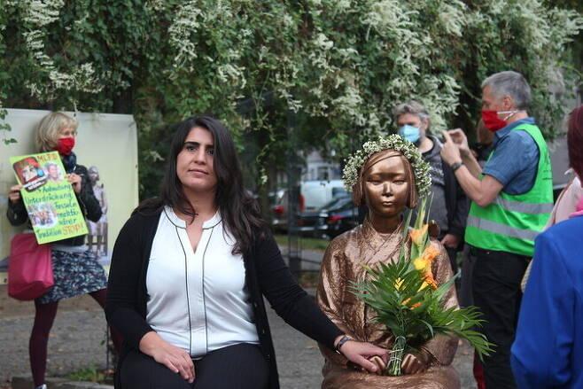 독일 베를린시에서 열린 평화의 소녀상 제막식 때 독일 여성단체 '코라쥬'(용기) 회원들이 소녀상 옆에서 기념촬영을 하고 있다. 남은주 베를린 통신원 사진제공