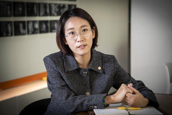 장혜영 정의당 의원(사진)은 10일 국회 본회의에서 야당의 비토권을 무력화하는 고위공직자범죄수사처법 개정안에 찬성 당론을 어기고 기권표를 던졌다. 중앙포토