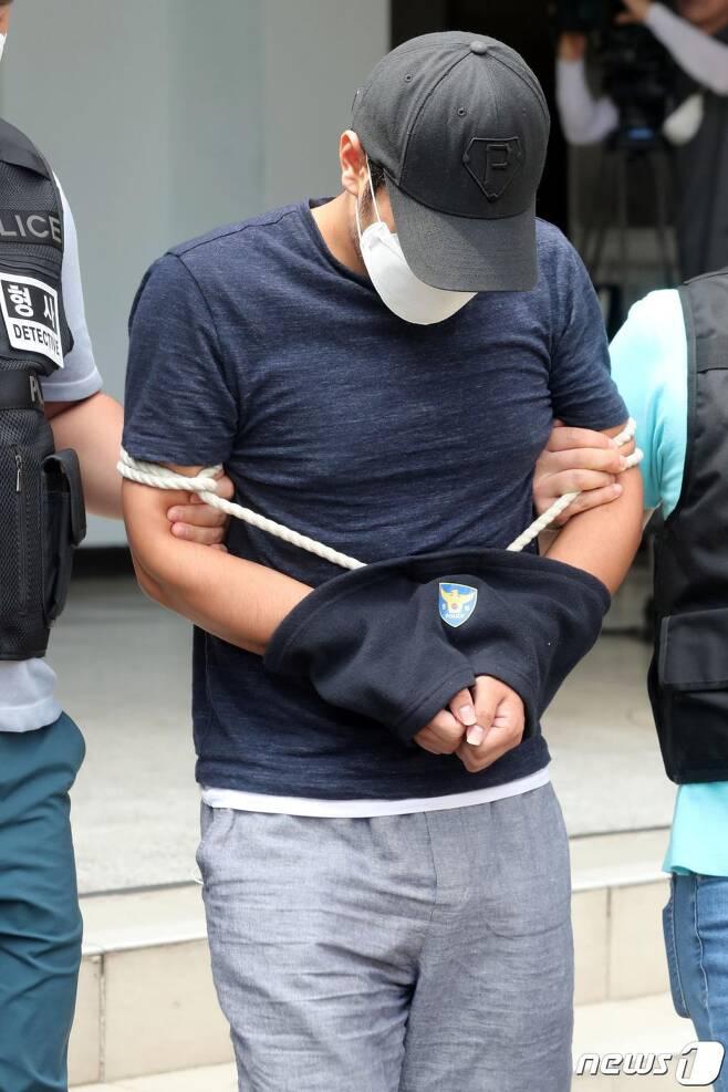 지난 9월 여성 BJ를 후원하다 돈을 탕진해 30대 여성을 강도살해한 A씨(29)가 제주동부경찰서에서 검찰로 송치되고 있다./사진=뉴스1