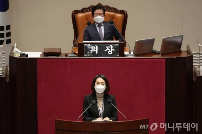 장혜영 정의당 의원이 지난 9일 오후 국회 본회의에서 공직선거법 일부개정법률안에 대한 반대토론을 하고 있다. /사진제공=뉴시스