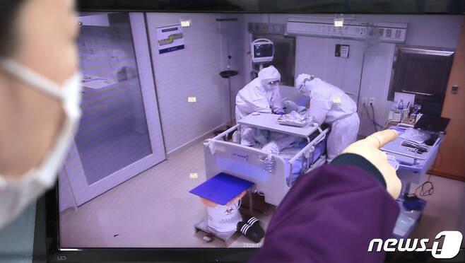 인천시 동구 인천의료원 음압격리병동에서 의료진이 병상 모니터를 확인하고 있다. 2020.12.9/뉴스1 © News1 이성철 기자
