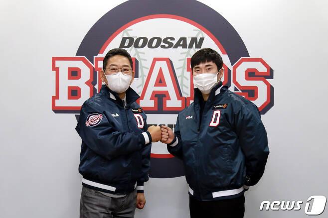 대형 FA계약을 마친 두산 허경민(오른쪽)이 전풍 사장과 함께 포즈를 취하고 있다. (두산 베어스 제공) © 뉴스1