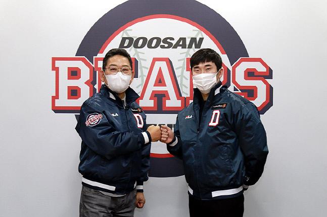 두산 허경민(오른쪽)이 7년 최대 85억원에 계약을 맺고 전풍 대표이사와 주먹을 맞대고 있다. 제공=두산베어스