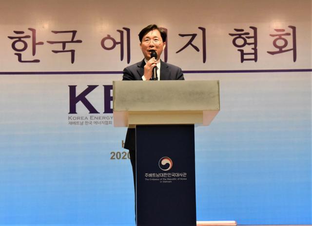 성윤모 산압통상자원부 장관이 10일 주베트남 한국대사관에서 열린 주베 에너지협회 창립식에 참석해 축사를 하고 있다. 하노이=정재호 특파원