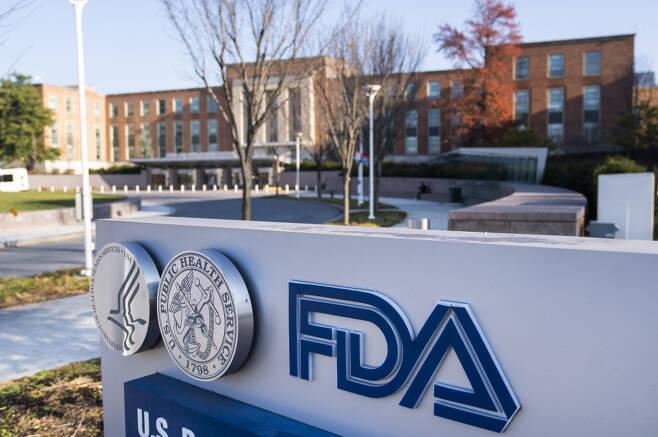 미 식품의약국(FDA) 자문위원회가 10일(현지 시각) 미국 제약회사 화이자와 독일 바이오엔테크가 개발한 코로나19 백신의 긴급사용 승인을 권고했다. 사진은 메릴랜드주 실버 스프링에 있는 FDA 본부 모습 ⓒ 연합뉴스