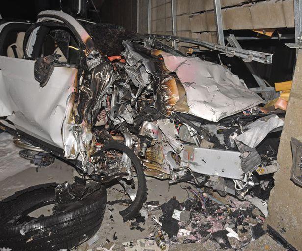 12월9일 서울 용산구의 한 아파트 지하주차장에서 벽면에 충돌한 뒤 화재가 발생한 테슬라 차량. 이 사고로 조수석에 타고 있던 차주 윤아무개(60)씨가 사망했다. ⓒ 용산소방서 제공