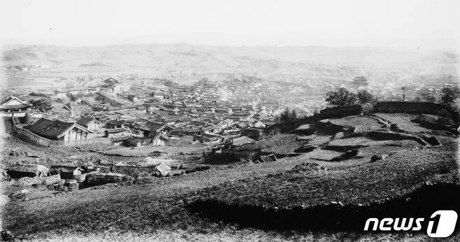 일제강점기 의주읍성과 시가지 전경. 오른쪽 멀리 남문이 보인다. (국립중앙박물관 제공) 2020.12.12.© 뉴스1
