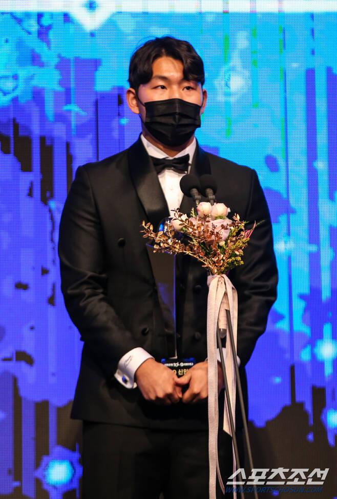 30일 오후 2시 서울 논현동 임피리얼펠리스호텔에서 '2020 KBO 시상식'이 열렸다. 신인상을 수상한 KT 소형준이 포즈 취하고 있다. <사진제공=KBO>