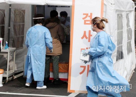 11일 서울 중구 국립중앙의료원 선별진료소에서 의료진이 분주하게 움직이고 있다. /김현민 기자 kimhyun81@