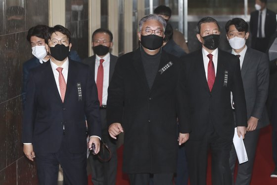 정진석 국민의힘 의원을 비롯한 중진 의원들이 지난 9일 오후 서울 여의도 국회에서 본회의를 앞두고 의장실에 항의 방문하고 있다. 오종택 기자