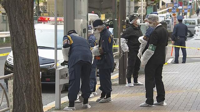 일본 경찰이 11월 16일 여성 노숙인이 숨진 현장에서 조사를 벌이고 있다. 〈일본 NHK 방송 화면〉