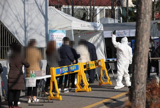 국내 신종 코로나바이러스 감염증(코로나19) '3차 대유행'의 확산세가 이어지는 가운데 12일 오전 서울 강서구보건소 선별진료소에서 시민들이 검사를 받기 위해 기다리고 있다. 중앙방역대책본부(방대본)는 12일 0시 기준 국내 신종 코로나바이러스 감염증(코로나19) 신규 확진자가 950명 늘어 누적 4만1천736명이라고 밝혔다. 이는 국내 코로나19 첫 환자가 발생한 1월 20일 이후 근 11개월만, 정확히 327일만에 최다 기록이다. 연합뉴스