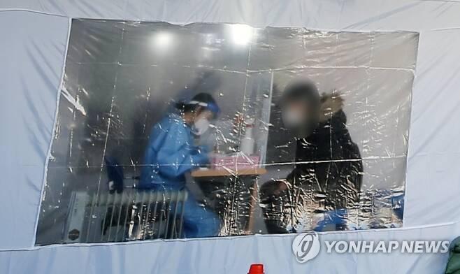 방한 텐트에서 코로나19 검사 [연합뉴스 자료사진]