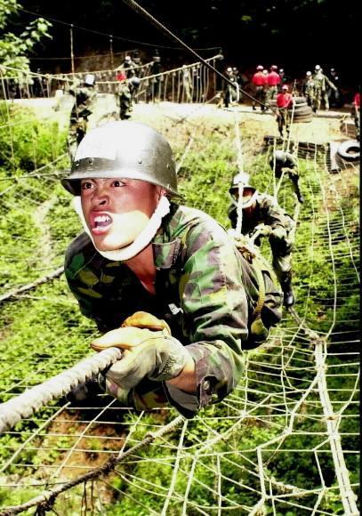 입영훈련을 받고 있는 ROTC 후보생. 서울신문 DB