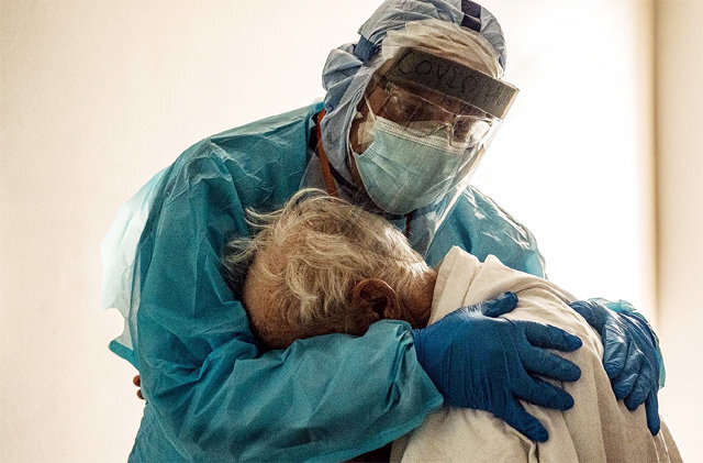 """지난달 26일 미국 텍사스주 휴스턴의 유나이티드 메모리얼 의료센터에서 의사 조지프 버론 씨가 전신보호복을 입은 채 코로나19  환자를 안아주고 있다. 올해 3월부터 268일간 쉬지 않고 근무한 그는 당시 추수감사절에도 가족을 보지 못한 환자가 """"아내가 보고  싶다""""고 눈물을 흘리자 그를 포옹하며 위로했다. 고 나카무라 페이스북"""