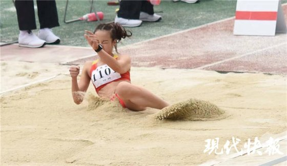 구이위나는 일곱 살 때 교통사고로 오른쪽 다리를 잃었지만 운동 선수로 성장해 2004년 아테네 패럴림픽 멀리뛰기에서 7위를 차지했다. [중국 현대쾌보망 캡처]
