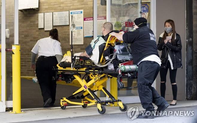뉴욕 병원 응급실로 이송되는 환자 [EPA=연합뉴스 자료사진]