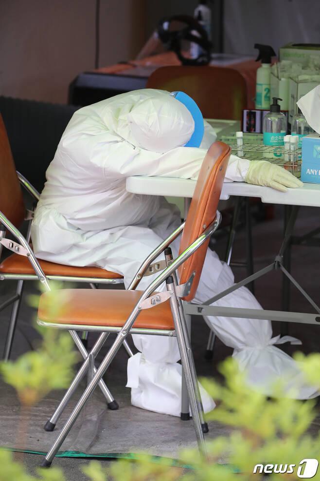 방역근무에 지친 의료진 © News1 (자료사진)