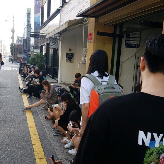 2018년 6월 압구정 투명치과 별관 앞에 대기중인 환자들 [중앙포토]
