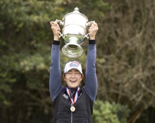 김아림이 세계 최대 메이저 US여자오픈에서 우승 트로피를 들어올렸다. [사진=USGA]