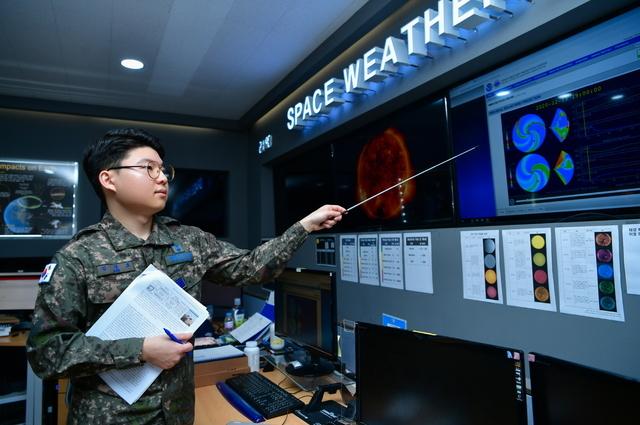 [서울=뉴시스] 공군 기상단 김경호 병장(공군병 798기)이 자신이 개발한 우주기상예보모델에 대해 설명하고 있다. 김 병장은 전군 최초로 우주기상 변화를 예측하는 우주기상예보모델을 개발했다. 2020.12.16. (사진=공군 제공)