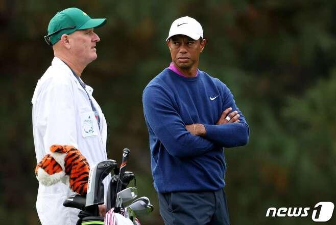 타이거 우즈(오른쪽)와 캐디 조 라카바. © AFP=뉴스1