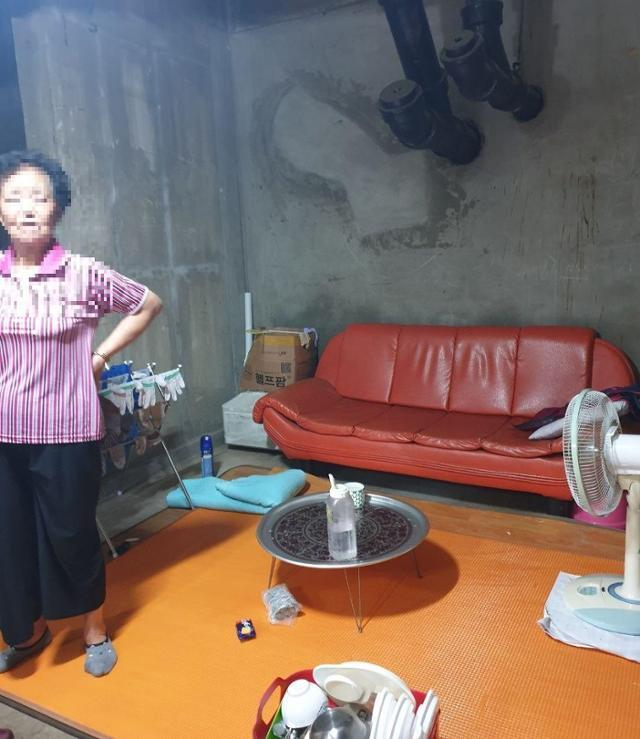 경기 파주의 한 아파트 청소 노동자 휴게실. 시멘트 벽면이 그대로 보이고 배관이 지나는 지하 공간에 낡은 가재도구 등이 놓여 있다. 파주시비정규직노동자지원센터 제공