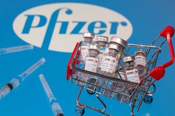 미 식품의약국(FDA) 긴급사용 승인을 받아 접종이 진행중인 화이자의 코로나19 백신. [로이터=연합뉴스]