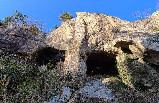 보리암 일주문 역할을 하는 쌍홍문. 해골바가지처럼 무섭게 생겼다. 왼쪽 동굴로 들어가면 보리암 아래로 이어진다.