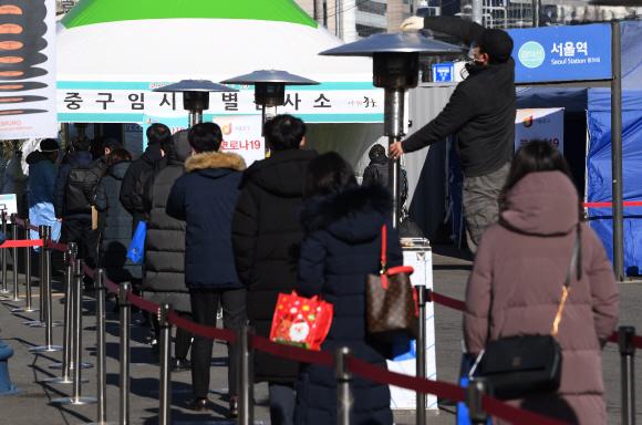 코로나 19 확진자가 계속해서 늘어가고 있는 16일 오후 서울 중구 서울역광장에 마련된 코로나 19 중구 임시 선별검사소에서 시민들이 검사를 받기 위해 줄지어 서 있다. 2020.12.16 오장환 기자 5zzang@seoul.co.kr