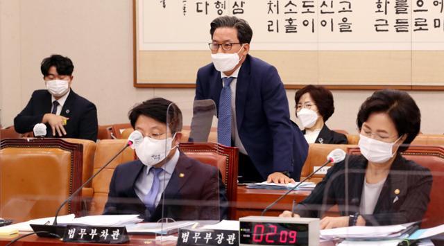심재철(가운데) 법무부 검찰국장이 10월 12일 국회 법제사법위원회 법무부 국정감사에서 라임자산운용 수사 관련 질의에 답변하고있다. 오대근 기자