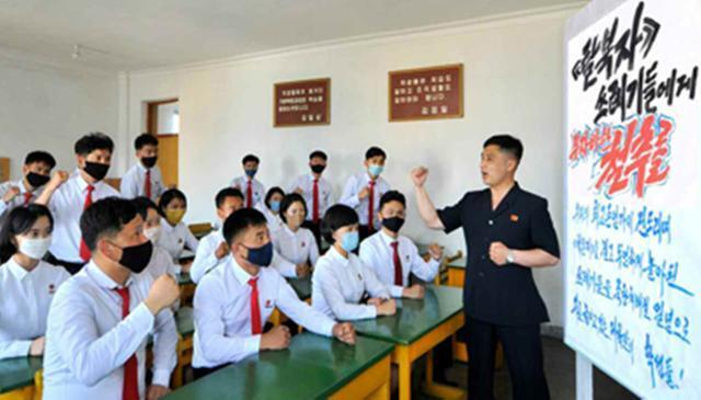 북한 노동당 기관지 노동신문은 6월 19일 탈북자들의 대북전단 살포를 비난하는 주민들의 여론을 5면에 실었다. 사진은 김철주사범대학 교내에서 학생들이 탈북자들을 '쓰레기'라고 비판하는 선전물을 놓고 성토하는 모습. 평양=노동신문 연합뉴스