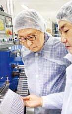 김종인 서일 회장(왼쪽)이 인도네시아 수방공장 생산라인에서 빨대의 품질을 확인하고 있다.  서일 제공
