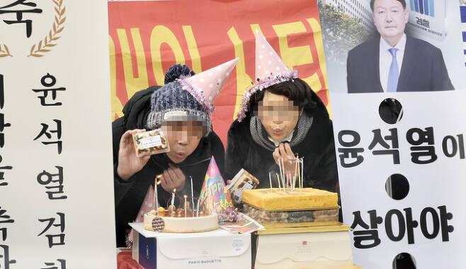 일부 보수단체 시민들이 18일 대검찰청 앞에서 고깔을 쓰고 윤석열 검찰총장 환갑 기념 파티를 열고 있다. 이우주 기자