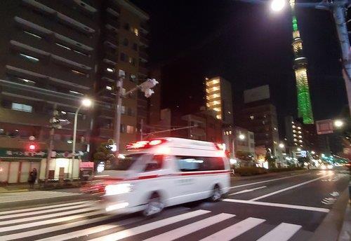 (도쿄=연합뉴스) 이세원 특파원 = 지난 7일 오후 일본 도쿄도(東京都) 스미다(墨田)구에서 구급차가 달리고 있다. 17일 도쿄에서는 신규 확진자 822명이 보고돼 최다 기록을 이틀 연속 갈아치웠다. 확진자 급증으로 도쿄의 의료 시스템이 붕괴할 수 있다는 우려가 커지고 있다.