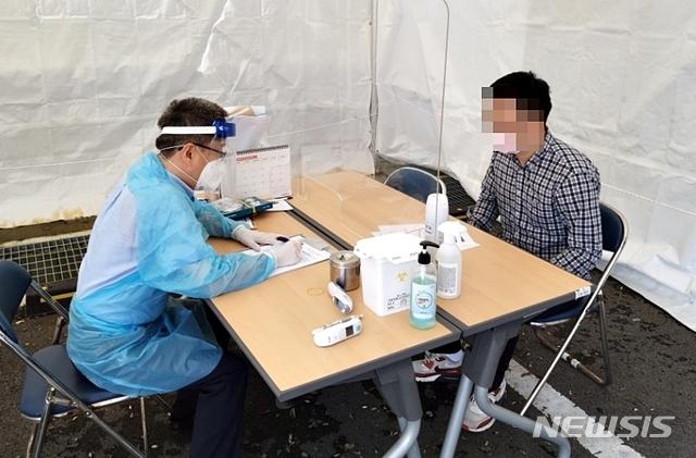 [음성=뉴시스]음성군보건소 선별진료소 검사. (사진=음성군 제공) photo@newsis.com