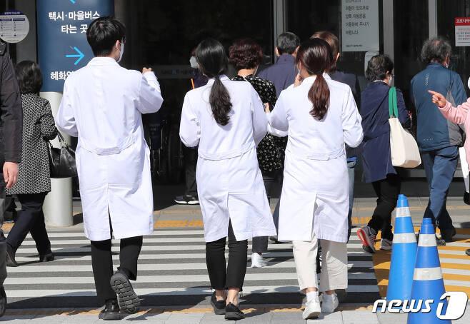 서울 종로구 서울대병원에서 의료진들이 분주하게 움직이고 있다.(특정 기사 내용과는 관련 없음) 2020.10.29/뉴스1 © News1 박지혜 기자