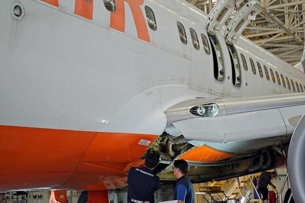 경남 사천의 한국항공서비스주식회사(KAEMS) 소속 정비사들이 B737 항공기를 정비하고 있다. /김우영 기자