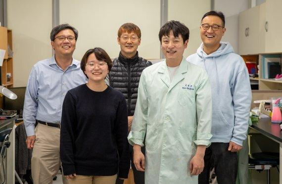 좌측 상단부터 시계방향으로 명경재 교수, 권혁무 교수, 이자일 교수, 강현제 연구원, 천나영 연구원. UNIST 제공