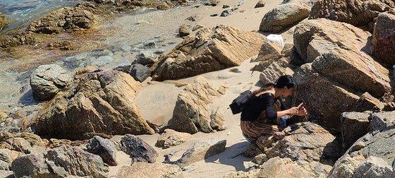 경북 울진의 한 바닷가에서 '뉴락'을 채집중인 장한나 작가의 모습. 사진 장한나