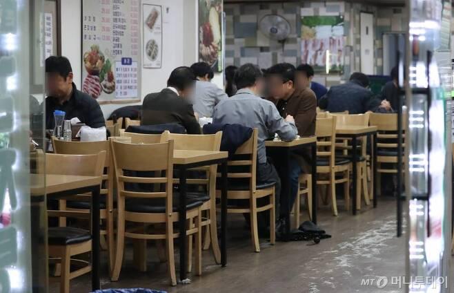 [서울=뉴시스] 고승민 기자 = 정부가 코로나19 확산 방지를 위한 수도권과 광주, 강원 일부 지역에 사회적 거리두기 단계를 1.5단계로 격상한 19일 서울의 한 식당에서 직장인들이 평소와 점심식사를 하고 있다. 2020.11.19.  kkssmm99@newsis.com