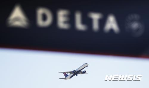 【애틀랜타=AP/뉴시스】미국 주요 항공사 델타 항공이 19일(현지시간) 북한의 괌 미사일 공격 위험과 수요 감소로 2018년 1월 일본-괌 노선 운항을 중단하기로 했다. 델타 항공 여객기가 지난 1월30일 미국 애틀랜타 츠필드잭슨애틀랜타 국제공항에서 이륙하고 있다. 2017.09.20