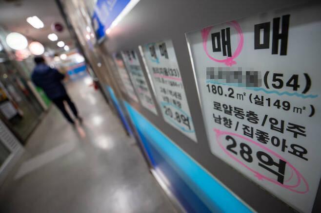 서울 송파구 한 부동산에 붙은 매물 정보. (사진=연합뉴스)