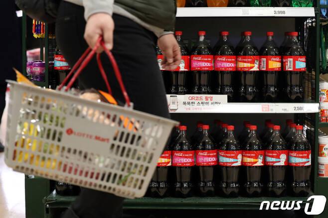 설탕, 콜라 등 소비자가 자주 구매하는 가공식품 가격이 1년 만에 최대 10% 가량 오른 것으로 조사됐다. 18일 한국소비자원이 발표한 '1월 다소비가격동향'에 따르면 전년 같은 기간에 비해 설탕은 11.0% 올랐고 된장과 콜라값도 각각 9.8%, 9.7%씩 상승했다. 사진은 이날 한 대형마트의 콜라 판매대 모습.2019.2.18/뉴스1 © News1 이광호 기자