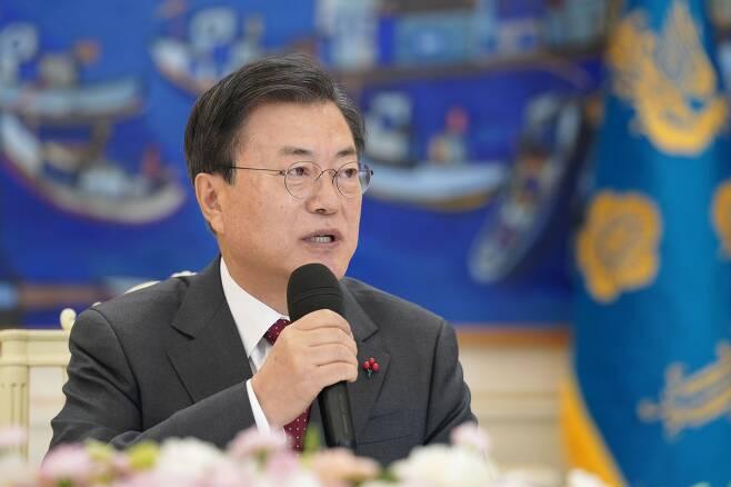 문재인 대통령이 22일 청와대 본관에서 열린 '5부요인 초청 간담회'에 참석해 발언하고 있다. /뉴시스